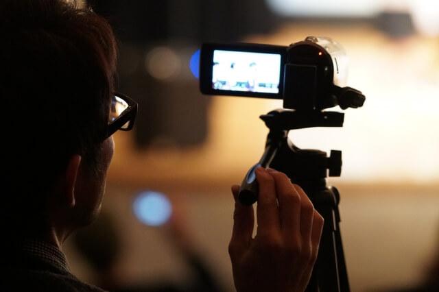 小規模保育園入園式ビデオカメラ撮影する父