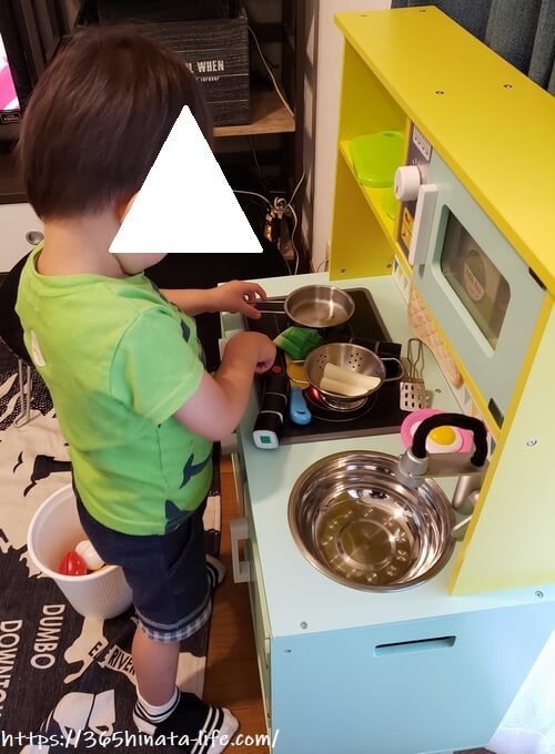 トイザらス限定木製ままごとキッチンで遊ぶ3歳の息子