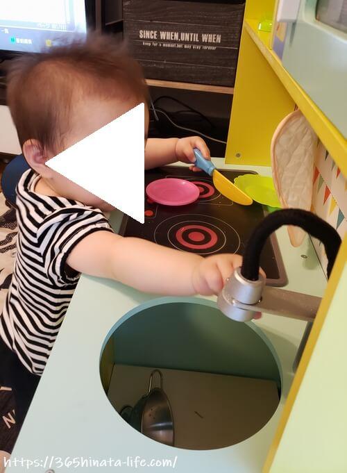 トイザらス限定木製ままごとキッチンで遊ぶ娘