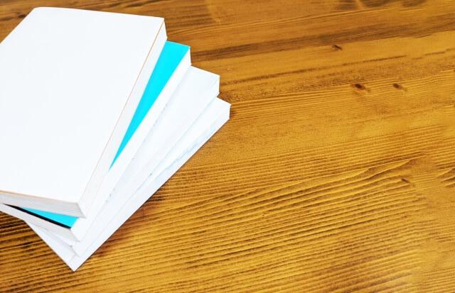 机に置いた本
