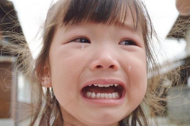 恐怖で泣く子供