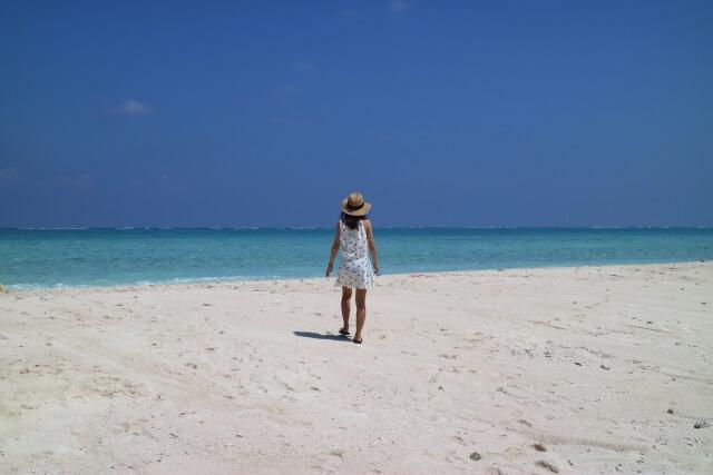 浜辺で1人たたずむ女性