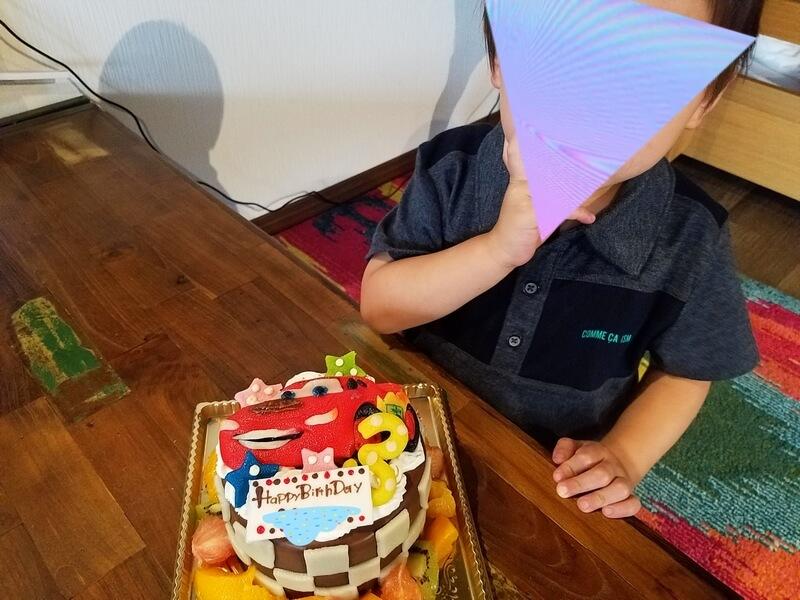 キャラクターケーキと子供の反応