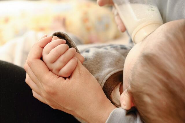 授乳する赤ちゃん