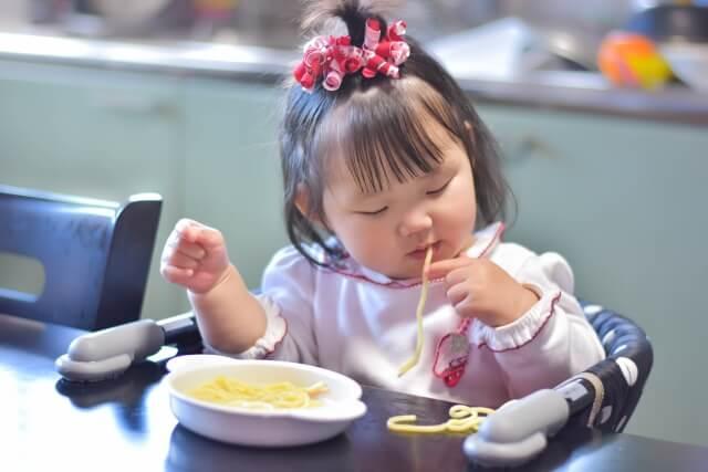 手づかみ食べの子供
