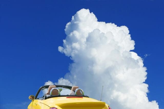 雲とオープンカー