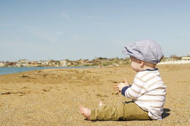 浜辺で黄昏る赤ちゃん