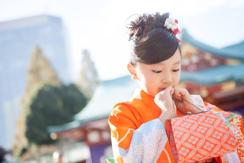 七五三バッグを持つ女の子