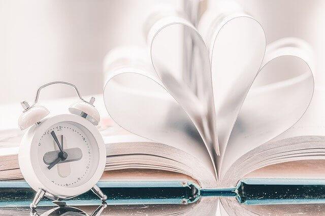丸まったページと時計